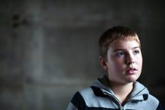 男孩注视他的查寻年轻人的希望 免版税库存照片