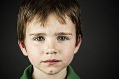 男孩注视绿色 免版税图库摄影