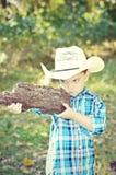 男孩注视重点枪 免版税库存照片
