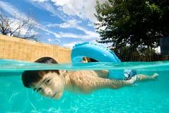 男孩浮动池环形游泳 库存图片