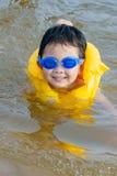 男孩海运游泳 免版税库存图片