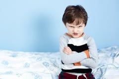 男孩淘气的一点 恼怒的小男孩皱眉了 免版税库存图片