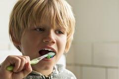 男孩清洁牙 图库摄影
