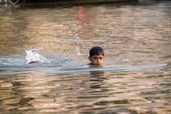 男孩游泳在恒河 库存图片