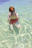 男孩游泳在海洋 免版税库存图片