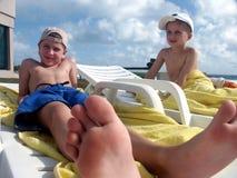 男孩游泳池边 免版税库存图片