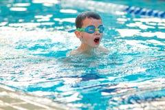 男孩游泳自由式 库存照片