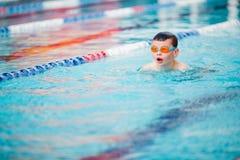 男孩游泳自由式 免版税库存图片