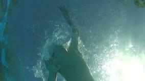 男孩游泳水下的看法横跨水池的 股票录像