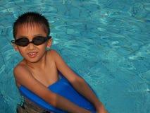 男孩游泳 库存图片