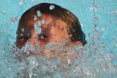 男孩游泳 库存照片