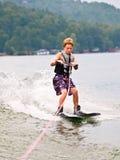 男孩滑雪欺骗垂直的年轻人 库存图片