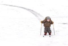 男孩滑雪跟踪 免版税库存照片