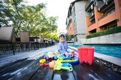 男孩演奏他的玩具 免版税图库摄影