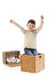 男孩演奏微笑的甜点的一点 免版税库存照片