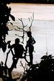 男孩演奏河的湄公河 免版税库存照片