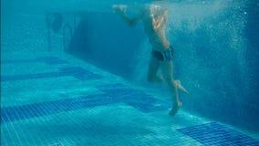 男孩潜水入水池 影视素材