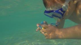 男孩潜水和制造照片与防水照相机 影视素材