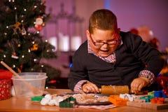 男孩烘烤圣诞节曲奇饼 图库摄影