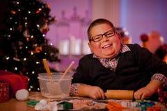 男孩烘烤圣诞节曲奇饼 库存图片