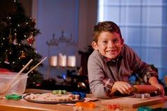 男孩烘烤圣诞节曲奇饼 免版税库存照片