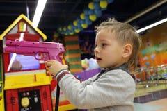 男孩照相机指向武器年轻人的儿童枪 免版税库存图片