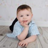 男孩照相机摆在甜点的一点 库存图片