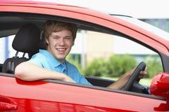 男孩照相机汽车坐的微笑少年 免版税库存照片
