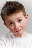 男孩照相机看起来的一点哀伤 免版税库存照片