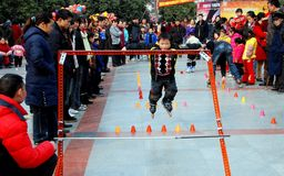 男孩瓷一点pengzhou四轮溜冰 库存图片