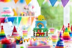 男孩生日 小孩的蛋糕 孩子党 库存图片