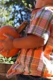 年轻男孩用南瓜 免版税图库摄影