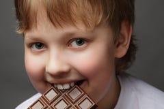 男孩用巧克力 免版税图库摄影