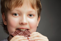 男孩用巧克力 图库摄影