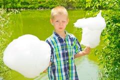 男孩用棉花糖 图库摄影