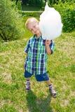 男孩用棉花糖 免版税图库摄影