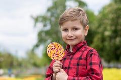 男孩用糖果 图库摄影