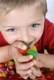 男孩用糖果 免版税库存图片