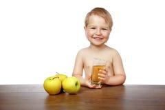 男孩用苹果汁 免版税图库摄影