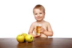 男孩用苹果汁 免版税库存图片