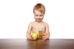 男孩用苹果汁 免版税库存照片