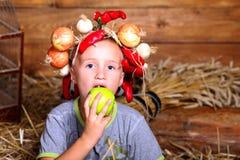 男孩用苹果 库存图片