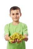 男孩用葡萄 免版税库存照片