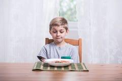 男孩用蕃茄汤 免版税库存图片