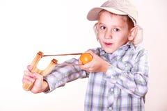 年轻男孩用途后摆投球法射击普通话 免版税库存图片
