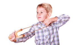 年轻男孩用途后摆投球法射击普通话 免版税库存照片