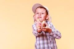 年轻男孩用途后摆投球法射击苹果 库存照片