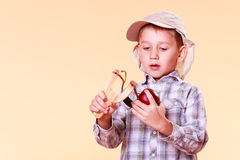 年轻男孩用途后摆投球法射击苹果 免版税库存图片