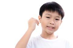 男孩由棉花芽的cleannin耳朵 免版税库存图片
