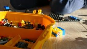 男孩由设计师演奏 儿童比赛 孩子折叠塑料设计师 股票录像